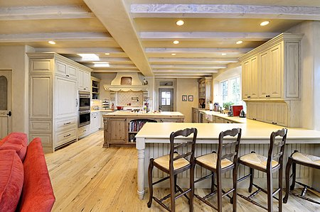 COUNTRY KITCHEN & FAMILY ROOM